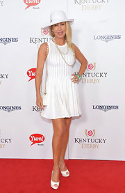 Linda Thompson finished off her all-white ensemble with a pair of platform peep-toes.