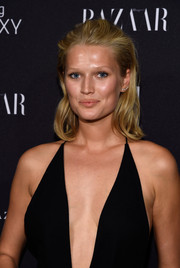 Toni Garrn sported a casual-chic partless hairstyle at the Harper's Bazaar Icons event.