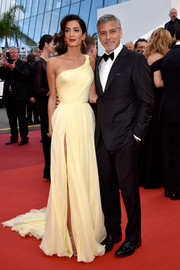 Amal Clooney looked gorgeous (as always) in a pale yellow one-shoulder gown by Atelier Versace at the Cannes premiere of 'Money Monster.'