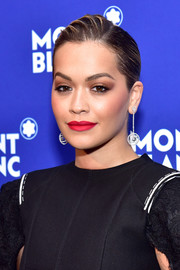 Rita Ora contrasted her vibrant lipstick with neutral eyeshadow.