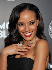 Selita Ebanks tied her floral jewels together with this silver flower ring.
