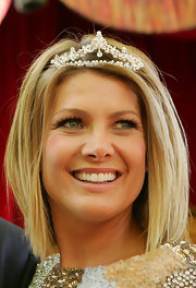 Natalie Bassingthwaighte wore her short blonde hair down to fit her tiara at the Moomba Festival Parade.
