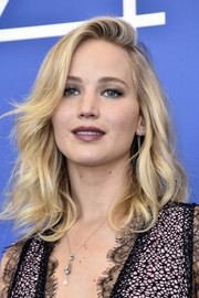 Jennifer Lawrence finished off her look with a delicate silver pendant.
