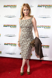 Rosanna Arquette looked sleek and sophisticated in a brown and white floral frock.