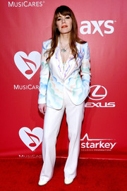 Jenny Lewis completed her outfit with a pair of white slacks.