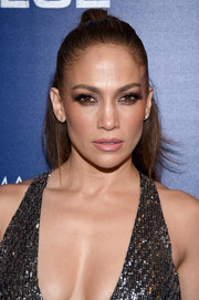 Jennifer Lopez swiped on a heavy application of brown eyeshadow for a smoldering beauty look during the premiere of 'Shades of Blue' season 2.