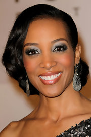 Shaun Robinson accented her sparkling jewels with matching metallic silver eyeshadow.