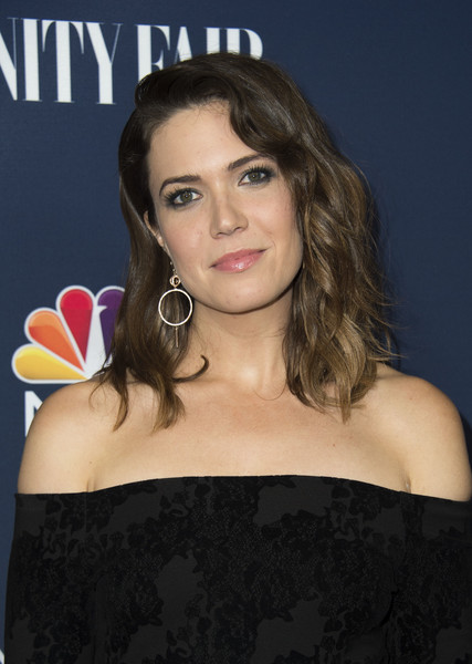 Mandy Moore wore gorgeous textured waves with side-swept bangs during NBC and Vanity Fair's toast to the 2016-2017 TV season.