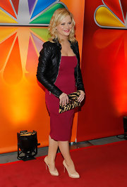 Amy Poehler rocked a sexy red dress and edgy leather jacket paired with chic beige pumps.