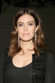 Mandy Moore looked gorgeous with her center-parted waves at the Naeem Khan fashion show.
