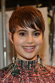Sami Gayle teamed her short 'do with an eye-catching pair of dangling crystal earrings.