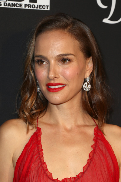 Natalie Portman Dangling Diamond Earrings [l.a. dance project,hair,face,lip,hairstyle,eyebrow,chin,beauty,nose,blond,shoulder,natalie portman,los angeles,california,hauser wirth,gala,annual gala - arrivals]