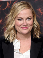 Amy Poehler looked summer-glam with her piecey waves at the premiere of 'Russian Doll' season 1.