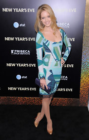 Julie Ordon accessorized her vibrant printed dress with classic gold pumps.