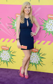 Jennette McCurdy chose a classic navy dress with a teardrop cutout that showed just a hint of skin.