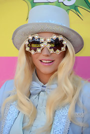 Kesha channeled her inner Willy Wonka with this pale blue, beaded top hat.