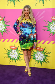 A long-sleeved, bright and colorful, fish-print dress gave Fergie a fun and vibrant vibe on the purple carpet at the KCAs.