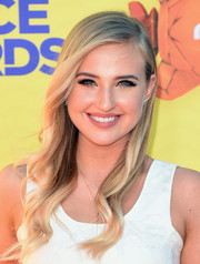Veronica Dunne styled her blonde locks with delicate waves for the Kids' Choice Awards.
