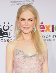 Nicole Kidman dressed up her simple hairstyle with a pair of diamond chandelier earrings.