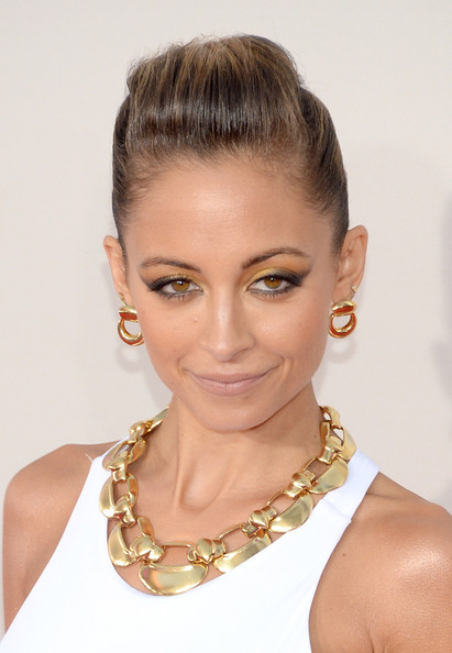 Nicole Richie Gold Link Necklace [hair,face,hairstyle,eyebrow,chin,lip,beauty,forehead,skin,chignon,arrivals,nicole richie,american music awards,nokia theatre l.a. live,los angeles,california]