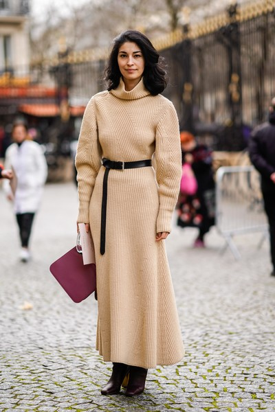 Caroline Issa gave her neutral-toned dress a splash of color with a pink leather purse.