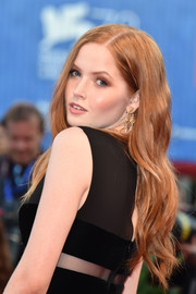 Ellie Bamber wore loose side-parted waves at the Venice Film Festival premiere of 'Nocturnal Animals.'