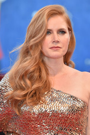 Amy Adams oozed Old Hollywood glamour wearing this long curly 'do at the Venice Film Festival premiere of 'Nocturnal Animals.'