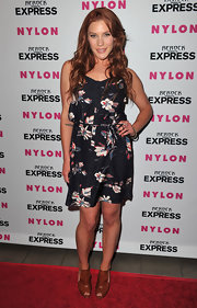 Katee looked summer-chic in a floral-printed dress with warm-colored wavy locks.
