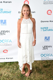 Kelly Ripa amped up the summery feel with a pair of tan thong sandals by Sam Edelman.