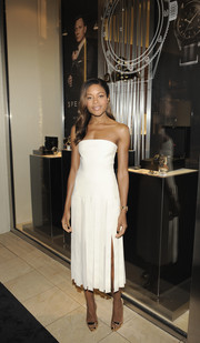 Naomie Harris kept it minimal yet sophisticated at the 'Spectre' New York screening in a strapless white Dion Lee dress with a pleated skirt and a thigh-high slit.