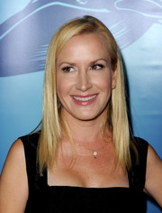 Angela Kinsey went to the Oceana Partners Awards Gala wearing her hair in sleek layers.