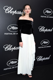 Marion Cotillard looked effortlessly chic in a black-and-white off-the-shoulder gown by A.W.A.K.E. MODE at the Trophee Chopard dinner.