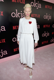 Tilda Swinton polished off her sweet look with a pair of heart-motif pumps, also by Schiaparelli.