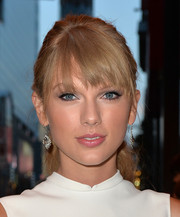 Taylor Swift pulled her hair back in a ponytail for a youthful look during the 'One Chance' premiere.