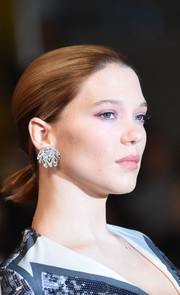 Lea Seydoux went for a dazzling finish with a pair of statement diamond earrings by Chopard.