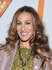 Sarah Jessica Parker sported her signature center part, but a little wavier than usual, during the 'It's Only a Play' Broadway reopening night.
