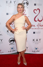 Julianne Hough looked foxy at the Open Hearts Foundation Gala in a cream-colored peplum one-shoulder dress by Roland Mouret.