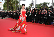 One thing is for certain, Fan Bingbing knows how to bring the drama. And for this we love her! The actress stepped onto the red carpet at the Cannes Film Festival in a strapless Asian print evening gown.