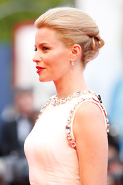 Elizabeth Banks looked like a modern-day Grace Kelly with this elegant updo at the Venice Film Festival opening ceremony.