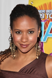 Tracie Thoms accented her textured ponytail with dangling chain earrings.