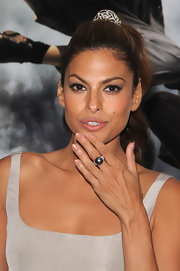 Eva Mendes added a touch of elegance to her look with a earl ring.