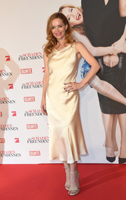 Leslie Mann chose a pair of on-trend skinny-strap sandals to pair with her dress.