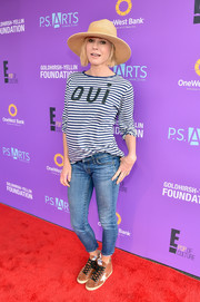 Julie Bowen completed her casual outfit with a pair of cropped skinny jeans.