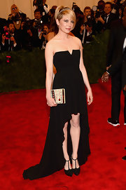 Michelle Wililams looked sleek and elegant in this black strapless dress that featured a flowing fishtail hem.