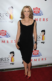 Felicity Huffman chose a classic LBD with a scoop neckline and thin straps for her classic and sophisticated red carpet look.