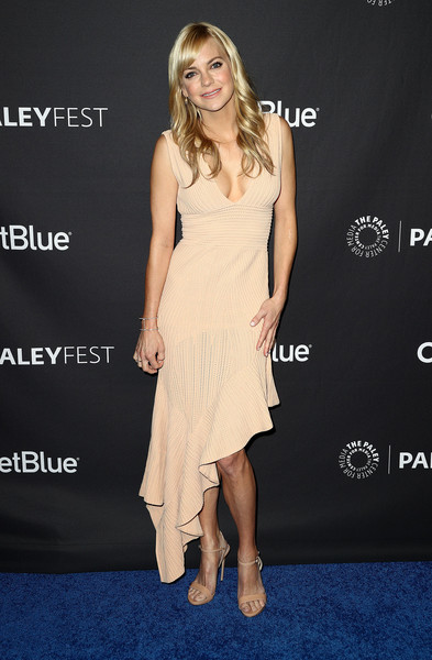 Anna Faris complemented her dress with nude ankle-strap sandals.