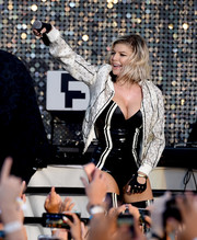 Fergie added extra edge with a pair of fingerless gloves.