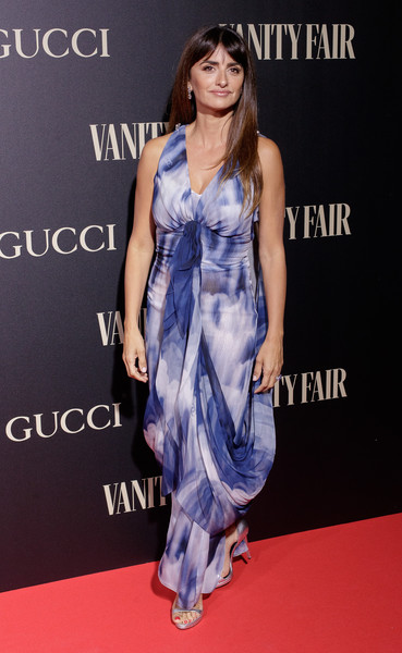 Penelope Cruz Print Dress [clothing,dress,shoulder,carpet,red carpet,fashion model,hairstyle,premiere,fashion,cobalt blue,vanity fair personality of the year,personality of the year,personaje del ano awards,madrid,spain,royal theatre,penelope cruz]