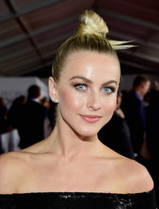 Julianne Hough showed off a sleek, origami-inspired top knot at the People's Choice Awards.