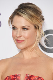 Ali Larter looked stylish with her messy updo at the 2017 People's Choice Awards.